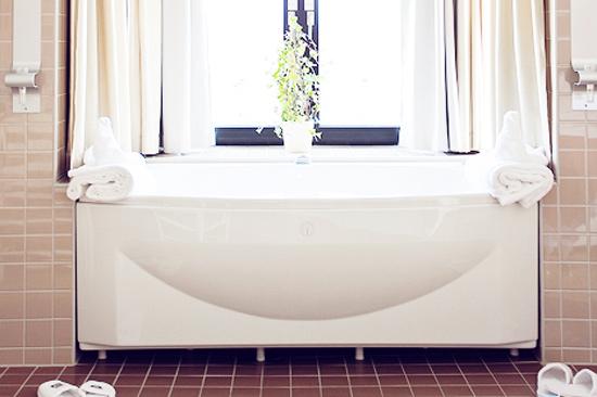Härligt badkar placerat i burspråket i svit 307 på BEST WESTERN PLUS Grand Hotel i Halmstad