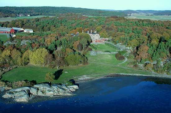 Kring Tjolöholms Slott finns promenadstigar som passerar naturskyddade gammelekar, utsiktspunkter och lummiga ädellövskogar