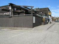 Fasaden på Bø Vertshus tatt fra parkeringplassen bak.  , © Bø Hotell