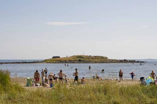 Härlig badplats brevid Hansagårds camping, som lockar till strandlek och krabbfiske