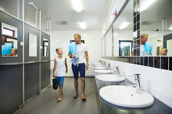 I stugbyn och på campingen finns två kompletta servicehus. Här finns allt som du kan behöva under ditt besök såsom toaletter, duschar och skötrum, kök och diskplats samt tvättstuga.