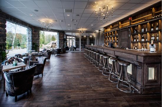 Vinbaren på Ästad Vingård har gott om plats för vinprovningar och umgänge.
