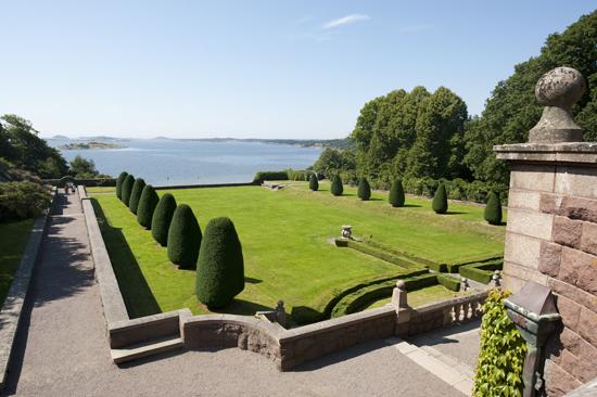 Njut av utsikten från Tjolöholms vackra slottspark