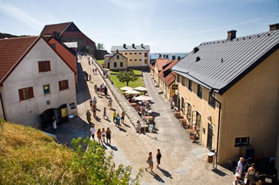 Innanför fästningens murar finns, förutom Hallands kulturhistoriska museum, två restauranger, vandrarhem och smedja. Foto: Charlotta Sandelin/Hallands kulturhistoriska museum.