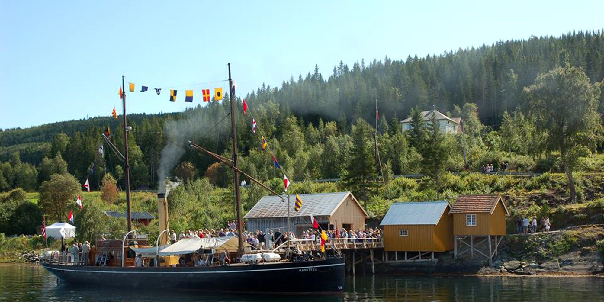 SDS Hansteen ved Jørstadsjøen dampskibskai - Ytterøy. Copyright: En Eventyrlig Seilas