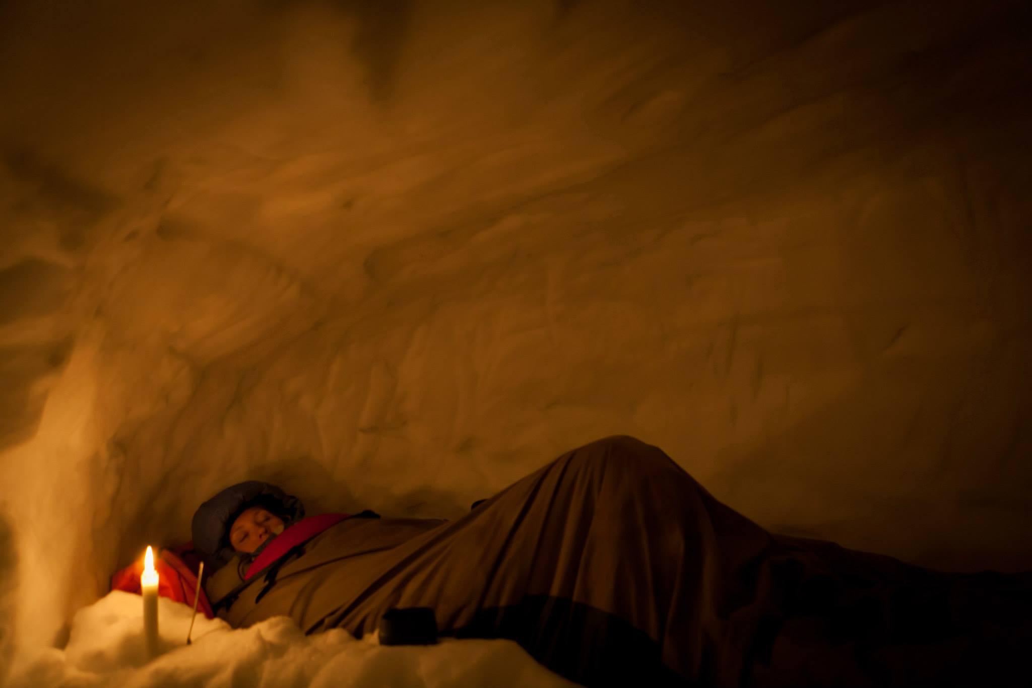 Overnatting i snøhule med Tundra Tours