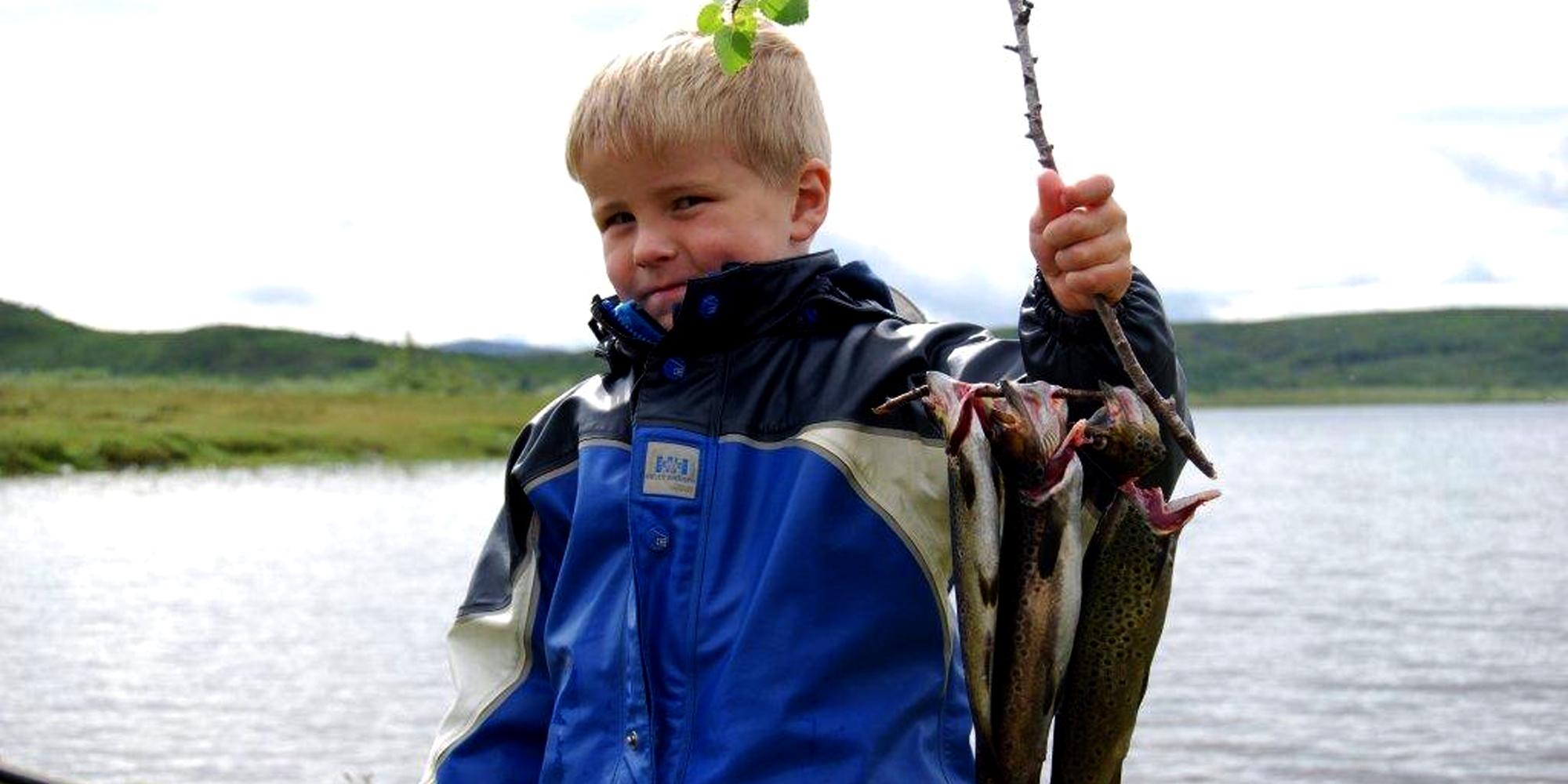 Steinkjer Kommuneskoger - Kid with a small catch. Copyright: Steinkjer Kommuneskoger - Ogndalsbruket KF