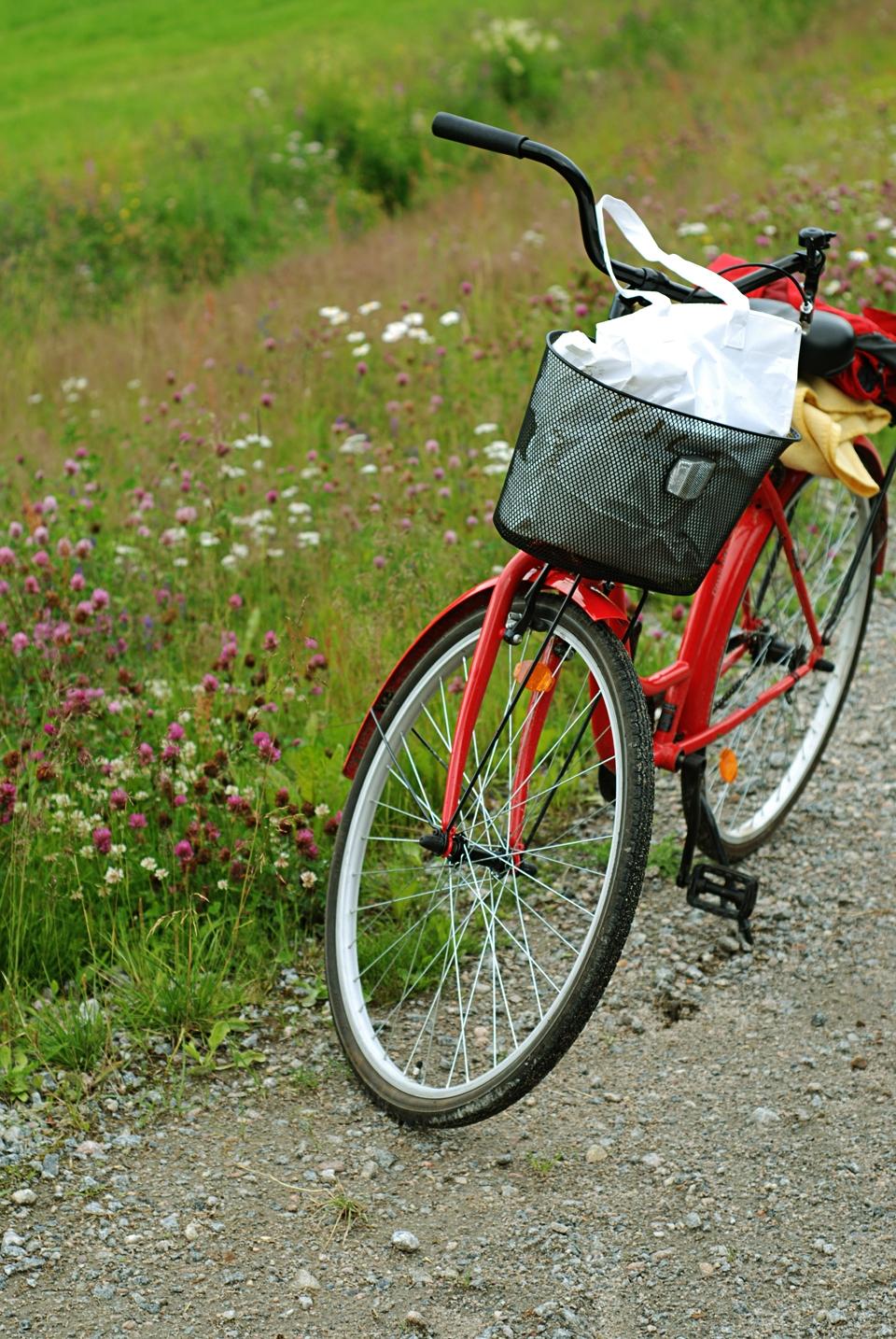 Röd cykel på grusväg