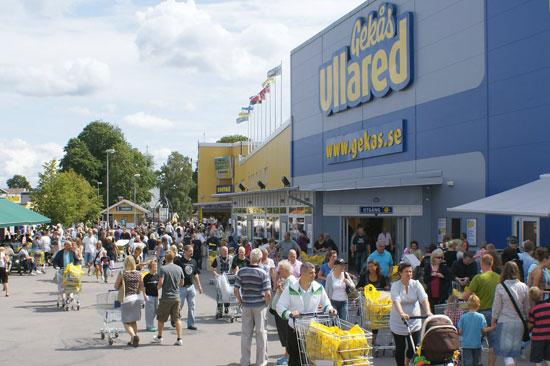 Gekås Ullared, Skandinaviens största varuhus, mellan Halmstad och Göteborg.