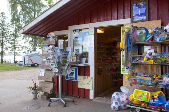 I butiken på Vallnäs Camping finner du det mest nödvändiga för din semester