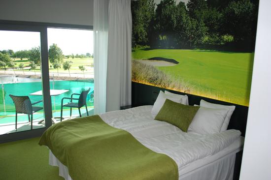 Alla 24 rummen på Ringenäs Golfhotell utanför Halmstad har havsutsikt, platt-TV, värdeskåp och vattenkokare.