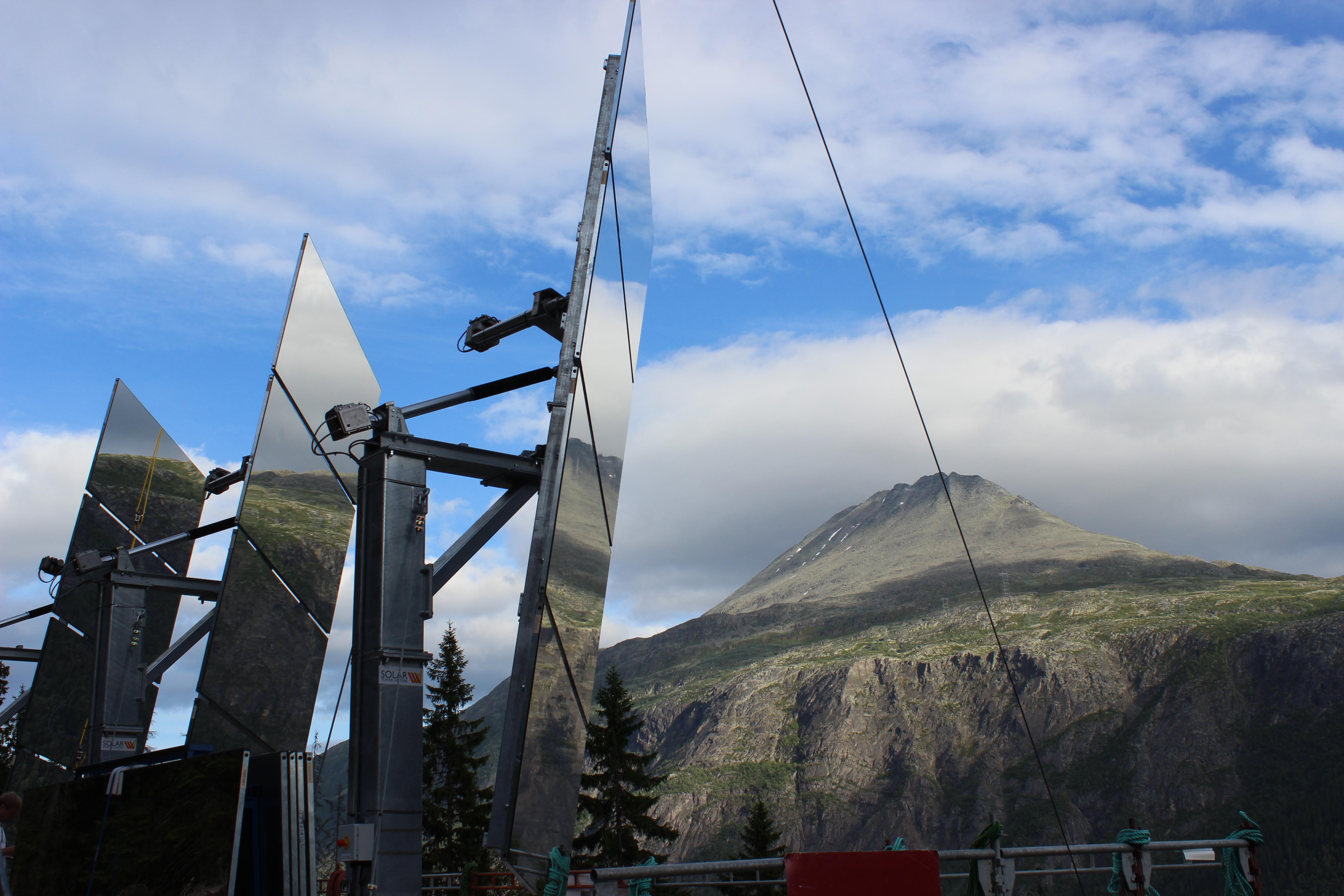 Et stort solspeil er bygget i fjellsiden over Rjukan Torg for å sende solstråler ned til torget i et mørkt vinterhalvår.  , © Karl Martin Jakobsen
