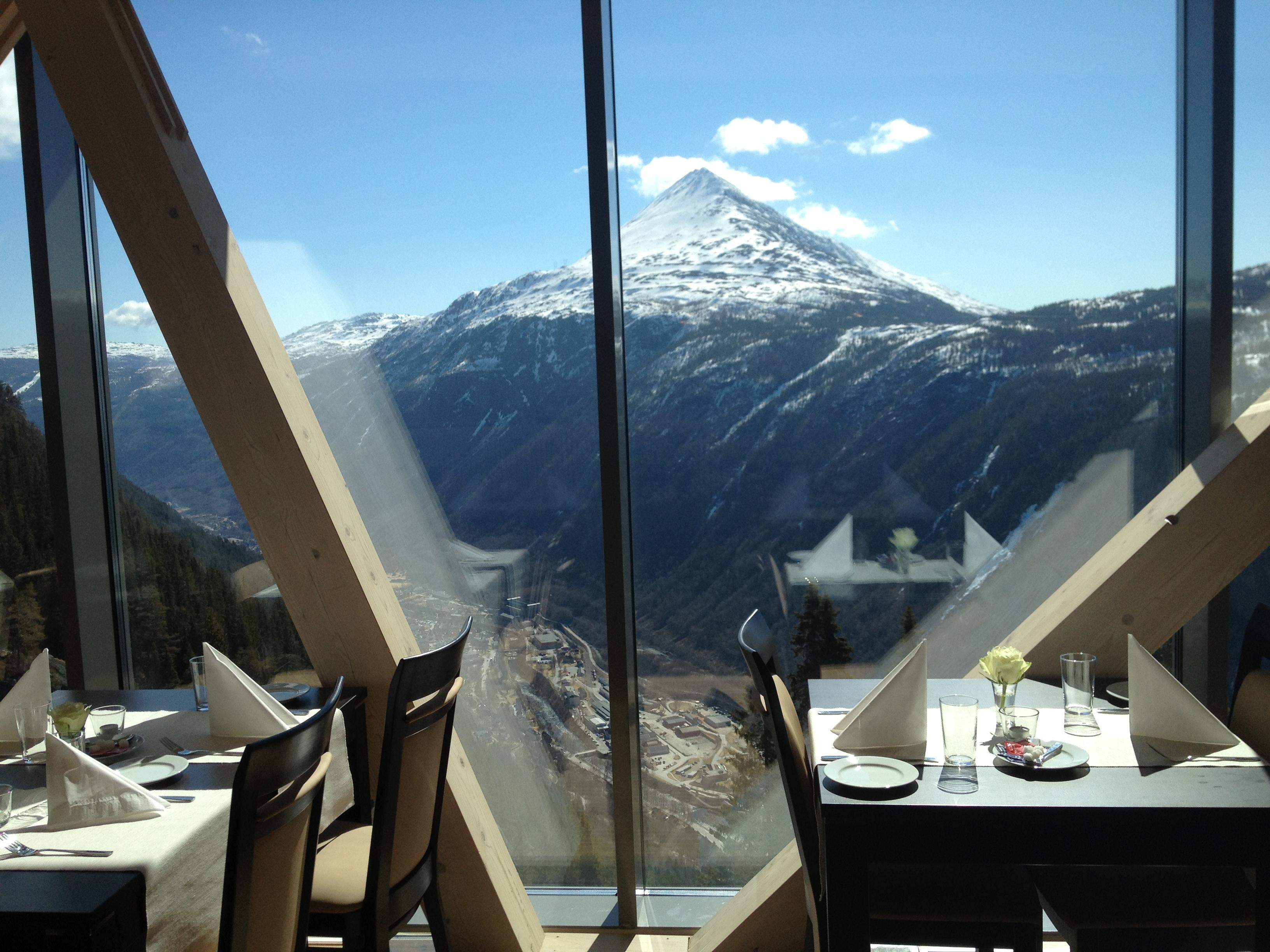 Gvepseborg Cafe & Restaurant er bygget på kanten av fjellet ved Krossobanens øvre stasjon. Nyt et bedre måltid til storslått utsikt over Rjukan! , © visitrjukan