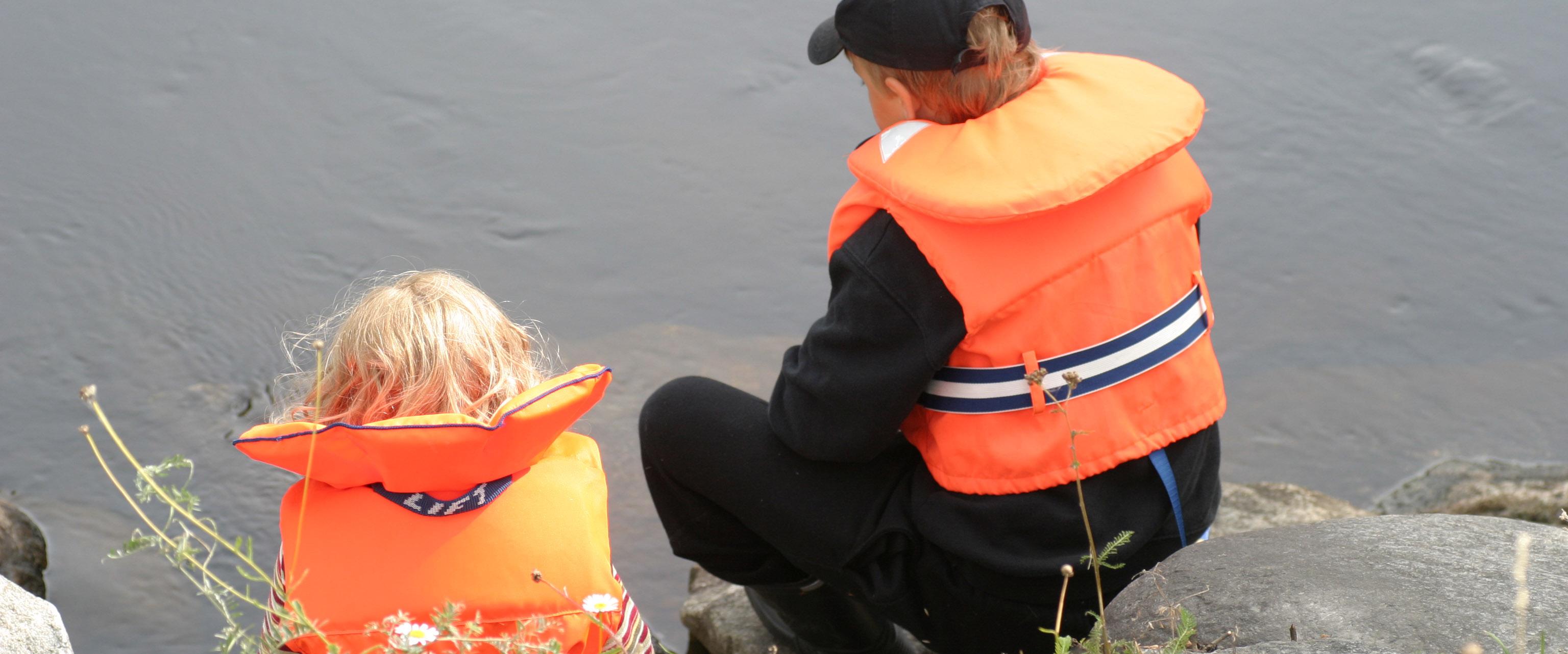 Unga fiskare i flytväst.