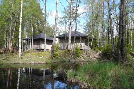 Charlottenlund, utanför Hyltebruk, erbjuder spännande, rofyllt och vackert vildmarksboende vid Regnbågssjön