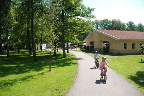 Under sommaren serverar restaurangen och caféet på Gullbrannagården dagens rätt, à la carte, sallader, smörgåsar och glass