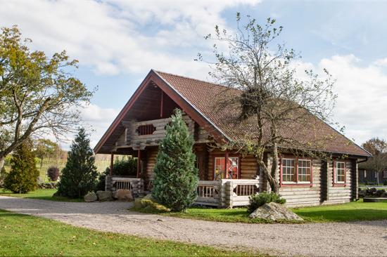 I Timmerstugan på Ästad Vingård finns åtta bäddar och ett stort gemensamt allrum.