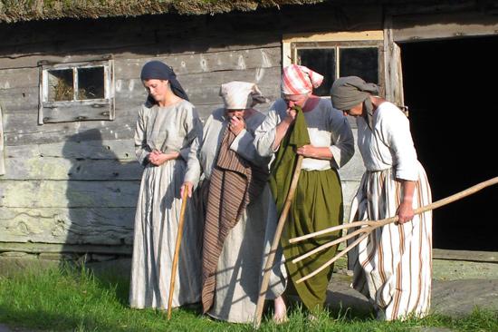 Under sommarmånaderna kan du uppleva dramatiserade visningar på Äskhult by