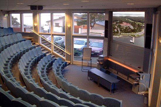 Säröhus erbjuder konferenser, exempelvis i aulan Drottningsalen som rymmer 145 personer