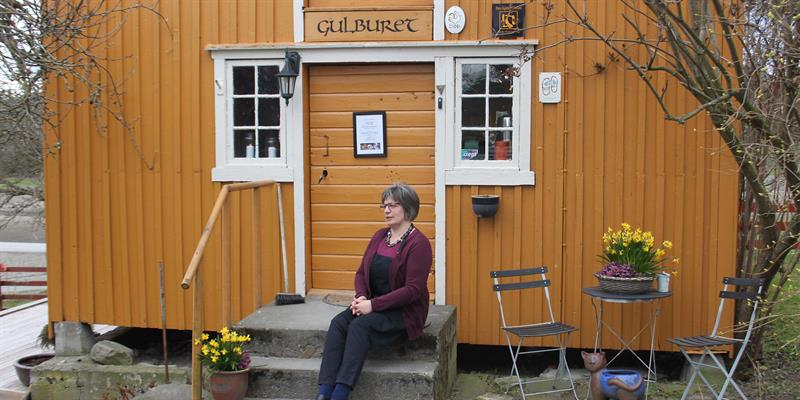 Thehostess sitting on the stairs at  Gulburet. Copyright: Gulburet