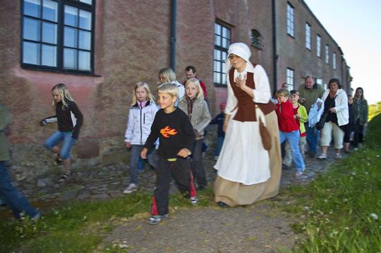 Följ med på en dramatiserad visning till både kanonrum och fängelsehåla. Foto: Charlotta Sandelin/Hallands kulturhistoriska museum.