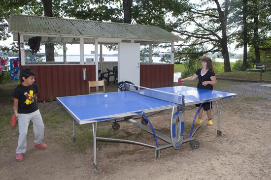 Pingisspelande mor och son på Vallsnäs Camping vid sjön Unnen