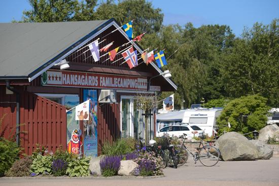 I receptionen på Hansagårds Camping, Falkenberg, hälsas du välkommen av personalen och här finns också butiken där du kan göra dina inköp