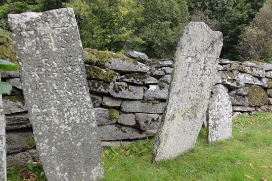 Beskåda gamla gravstenar på Förlanda kyrkogård