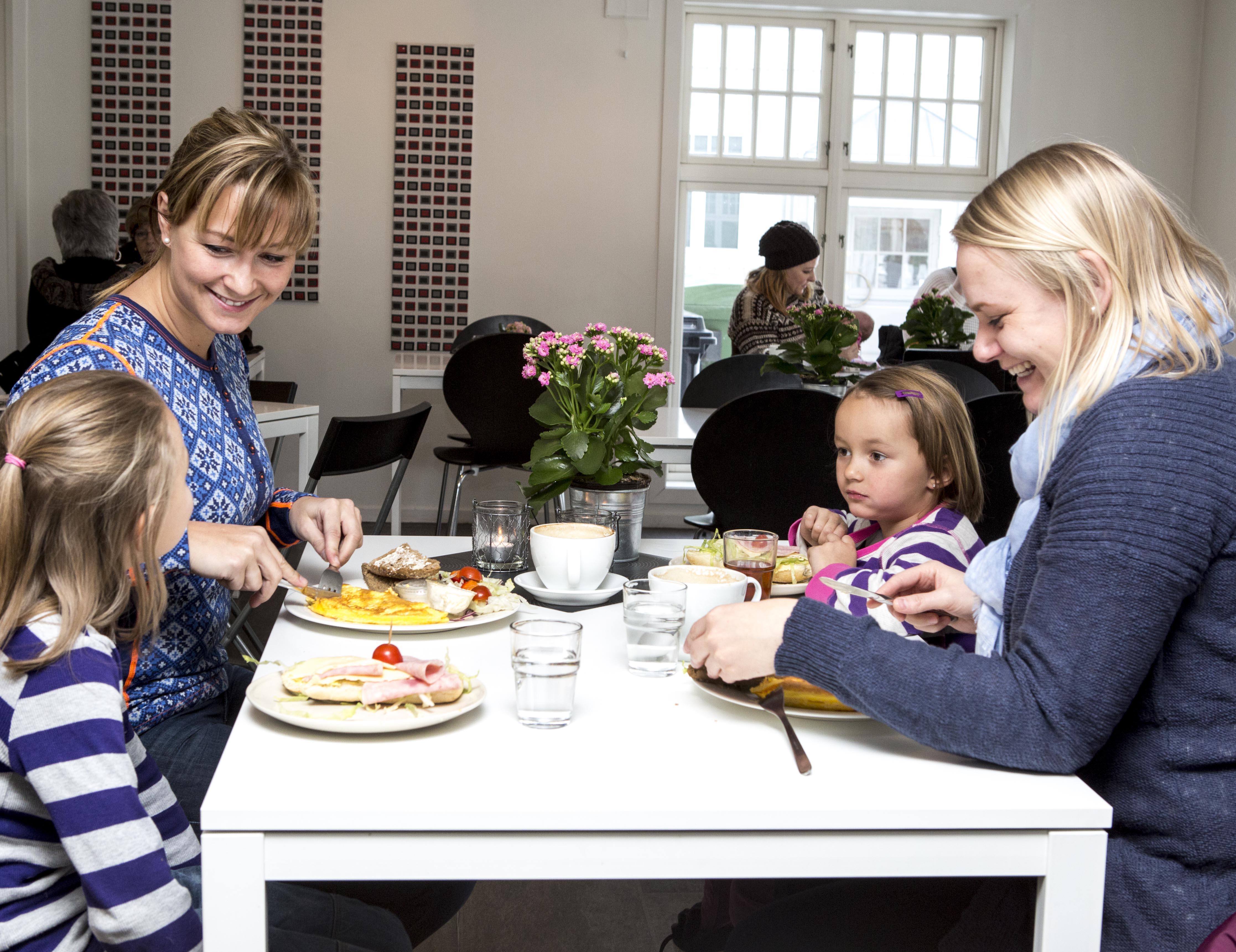 Barna koser seg også på cafe , © Fotograf Jacobsen
