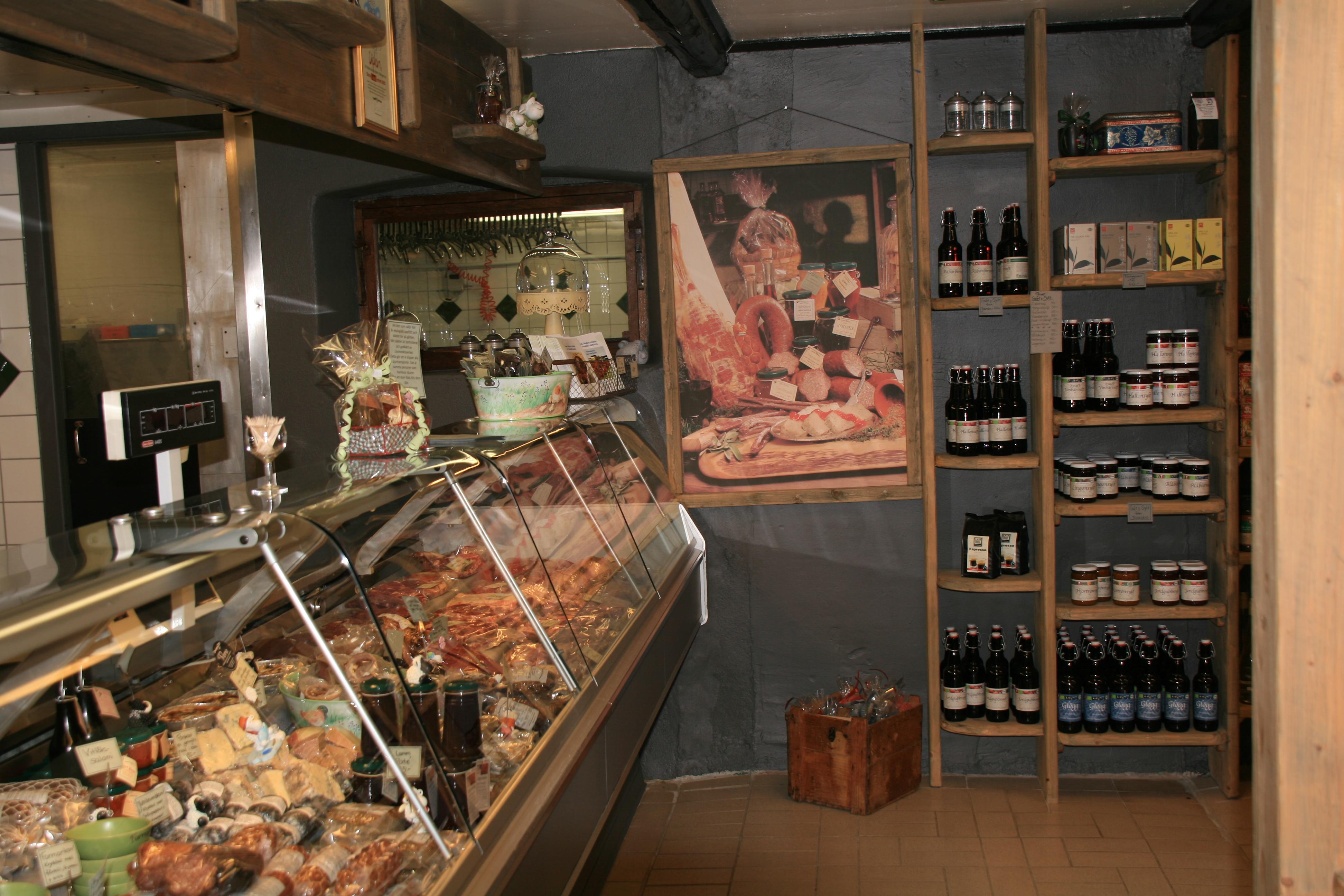 Gårdsbutiken på Öströö Fårfarm säljer delikatesser såsom lammkött, rökt korv, paté, pastej och rökt fiol