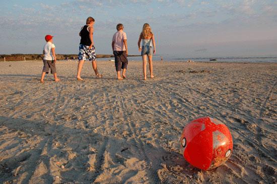 Stranden i Ugglarp lockar barnen även framåt kvällen
