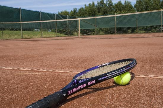 Ta en tennismatch med campinggrannen