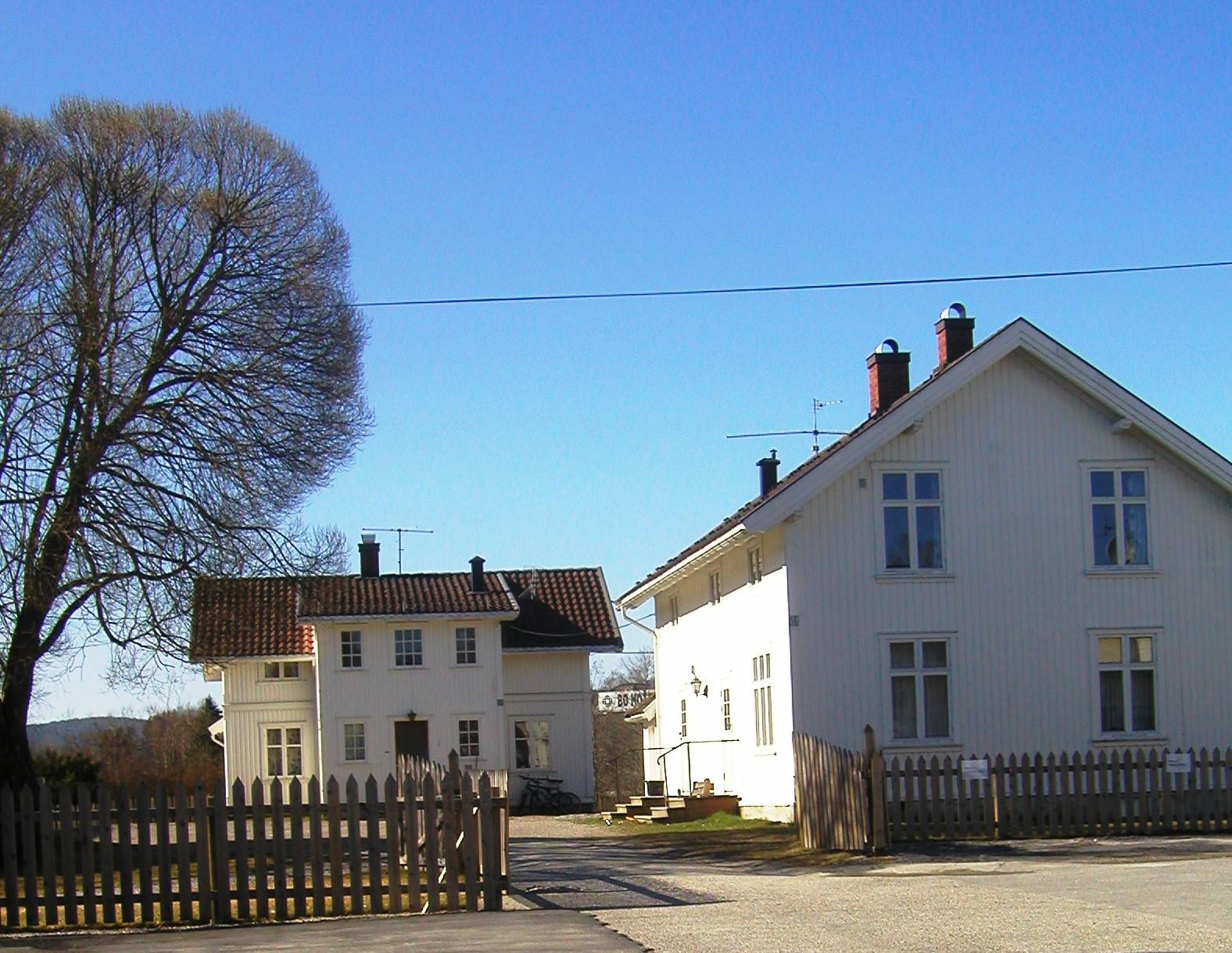 Tunet og de to husene på Skogen Gård, overnatting midt i Bø sentrum.  , © Bø Hotell