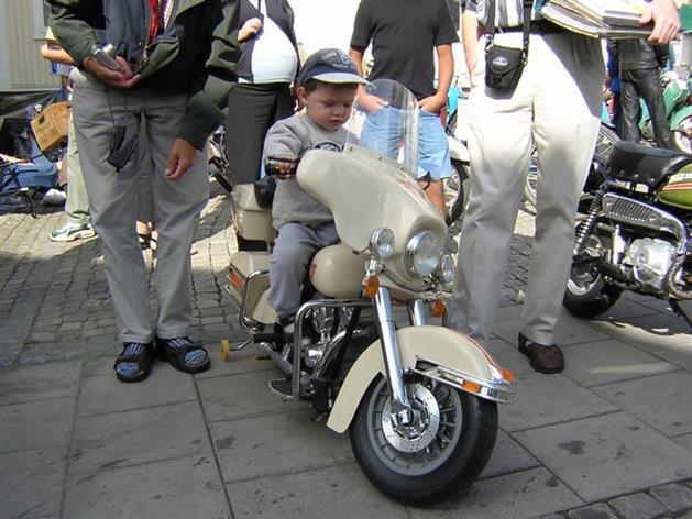 Barn på moped