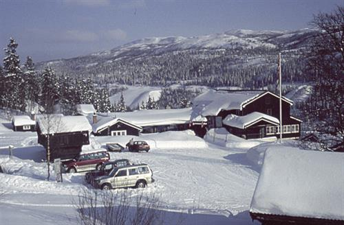 Rjukan Fjellstue har 41 rom med til sammen 100 senger. Alle rom har varmt og kaldt vann. Rikelig med dusjrom og toalett. Rundt tunet ligger 5 koselige selvstellhytter med kjøkken, WC og dusj., © visitRjukan AS