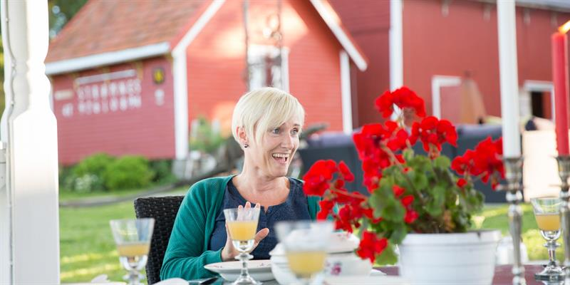 Strømnes - garden tea party. Copyright: Lena Johansen