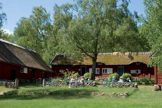 Ta en fika vid Krafsagården på Friluftsmuseet Hallandsgården i Halmstad