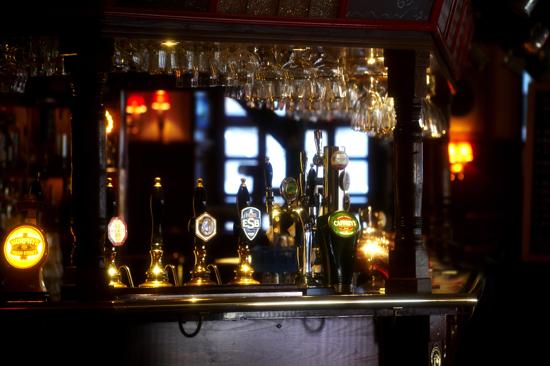 """På puben """"The Fox and Anchor"""" kan du slappna av, äta gott och dansa i en av Halmstads populäraste nattklubbar"""