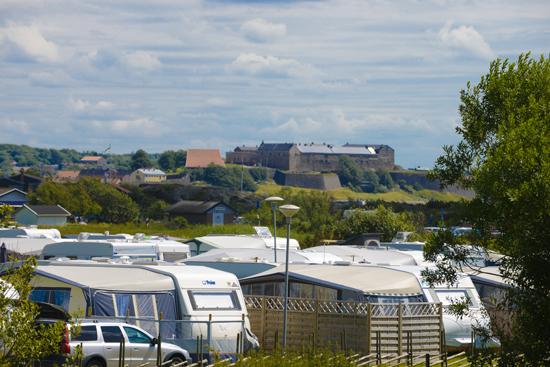 Från Getteröns Camping har du utsikt över havet och Varbergs Fästning.