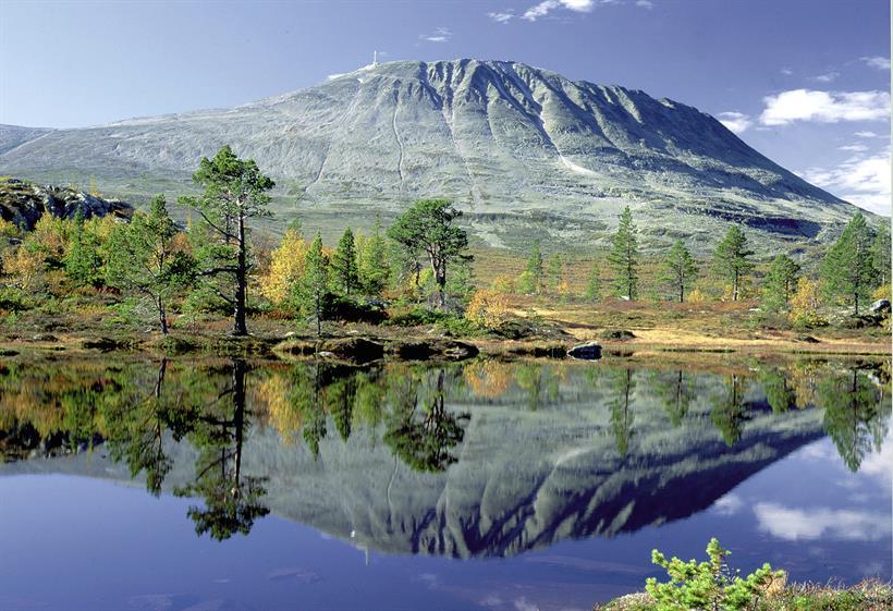 """Gaustatoppen er et av fjellene i Norge nesten alle kan nå. Inne i fjellet går heisen """"Gaustabanen""""., © Ove Bergersen"""