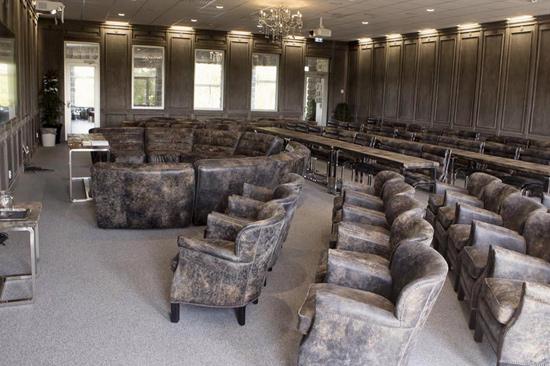 Ästad Vingårds nya konferenslokal är möblerad för flexibla möten.