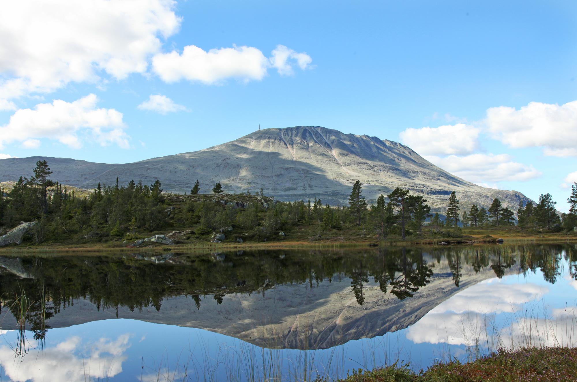 Gaustatoppen er Norges kanskje vakreste fjell. Hvert år tar 30 000 fotturister turen til toppen, © Stegarud Foto