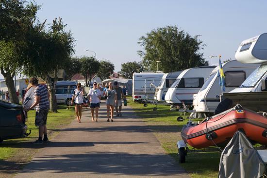 Ungdomar på väg mot stranden på Åsa Camping