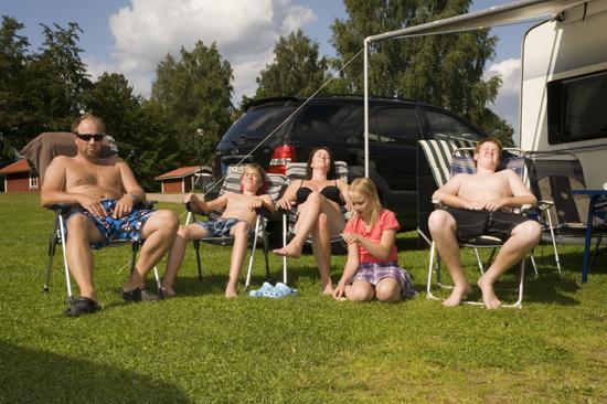 Solbadande familj på Vallsnäs Camping, 2 km från Unnaryd