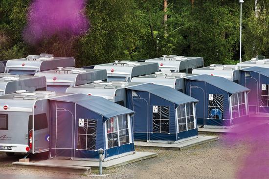 I Gekåsbyn kan du hyra en lyxig fyrbäddshusvagn från Bürstner, årsmodell 2012