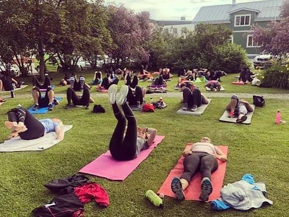 Människor som tränar i parken