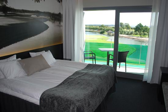 Alla 24 dubbelrummen på Ringenäs Golfklubb utanför Halmstad har havsutsikt och är utrustade med platt-TV, värdeskåp och vattenkokare.