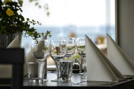 Njut av vacker havsutsikt från restaurangen på Strandpensionatet i Skummeslövsstrand