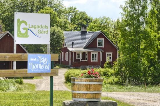 På Lagadals Gård, en mil öster om Laholm, kan du hyra stugor i vacker miljö