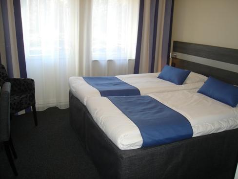 På Tylebäck Hotell & Konferens utanför Halmstad finns 70 rum. Här är ett av de blå rummen.